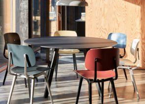 HAY vergaderset met Revolt stoelen in verschillende kleuren
