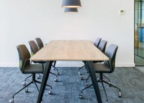 de TABS tafel van Voortman in project van De Kantoorinrichter