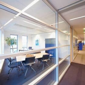 Systeemwand opgebouwd uit glascassettes