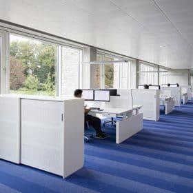 Schuifdeurkast tweezijdig toegankelijk voor het opbergen van kantoorbenodigdheden deze is tevens ruimtescheider.