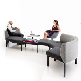 Bank op kantoor speelse vormgeving comfortabele zithoek in S vorm modulaire bank