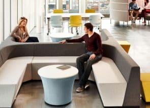 Bank met lage rug voor overleg op kantoor of in wachtruimte modulair systeem stimuleert interactief overleg