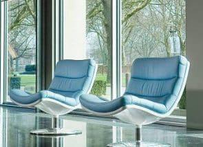Design fauteuil op ronde draaivoet gestoffeerd in blauw leer past mooi in een design kantoorinrichting