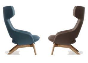 fauteuil met hoge rugleuning en houten onderstel huiselijke sfeer op kantoor