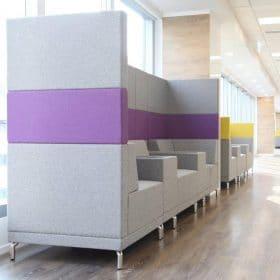 Banken voor wachtruimte of ontvangstruimte op kantoor met extra hoge rug voor een lager geluidsniveau omgeving
