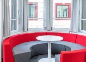 Ronde bank met lage rug voor dynamische teamvergaderingen en informele bijeenkomsten op kantoor