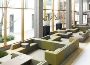 Strak modulair banken systeem voor kantoor of wachtruimte met lage rug interieurarchitect