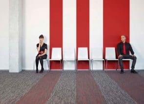 Door het patroon van het tapijt door te trekken op de muur ontstaat een mooi geheel