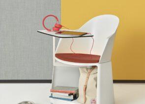 Arper_CilaGo stoel met tafeltje en opbergruimte onder de stoel