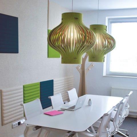 Designobjecten aan de muur voor kantoorakoestiek