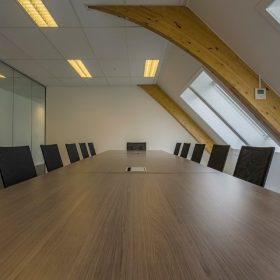 Grote vergadertafel vergaderen meetingroom