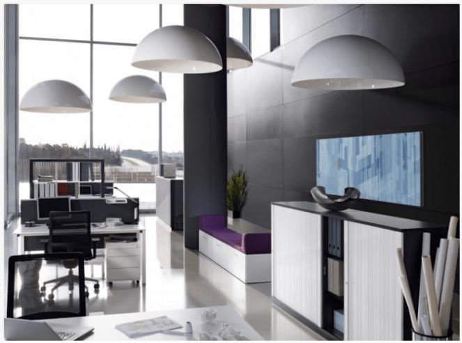 een kantoor met veel licht en lampen