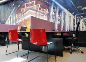 Werkplek met akoestische bureauwanden voor meer privacy
