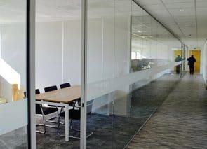 Gematteerde volglaswand met aluminium profiel en kozijn