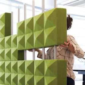 Deze akoestische wand wordt opgebouwd uit blokken en is zo naar wens samen te stellen