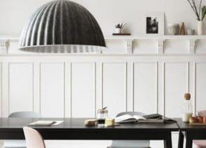 Akoestische plafond lamp beperkt nagalm op kantoor