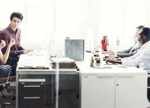 kantoorinrichting met personeel