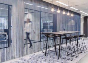 Donkersloot Caleido carpet geeft een mooi accent in de kantoortuin