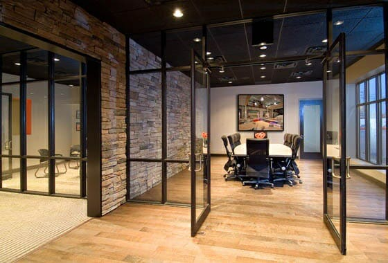 Industrieel kantoor met glazenwand