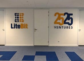 3D logo's geplaatst in lifthal
