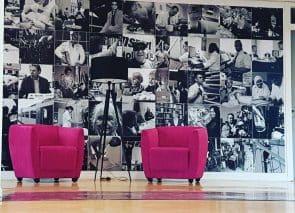 Fotowand met twee fauteuils voor een informeel gesprek