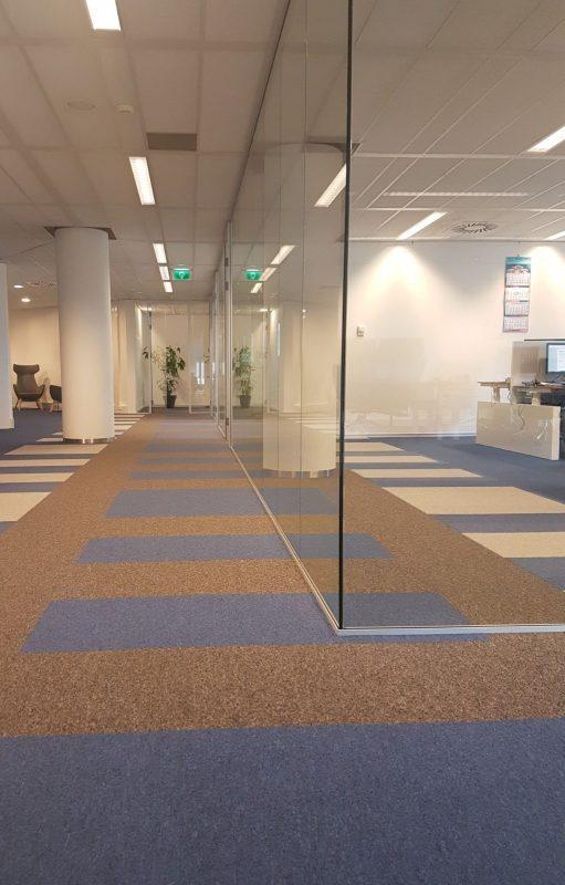 Onder de glaswanden loopt het vloerplan mooi door