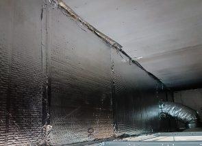 Sonorex drukschotten tussen systeemplafond en bouwkundig plafond.