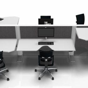 3 persoons zit sta bureau