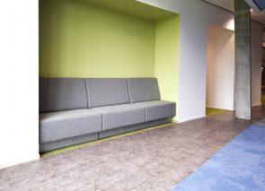 Davant gestoffeerde Béta loungebank op maat gemaakt passend in nis