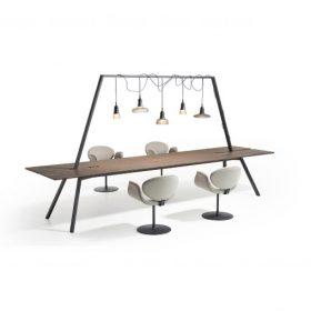 Tafel met frame en lampen Dock is een stijlvolle lange houten tafel met een stalen frame dat doorloopt boven de tafel. Aan het frame kunnen meerdere lampen bevestigd worden
