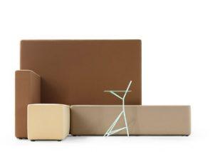 Gestoffeerde, losse wanden en losse zitelementen in verschillende vormen waarmee je alle kanten op kunt.
