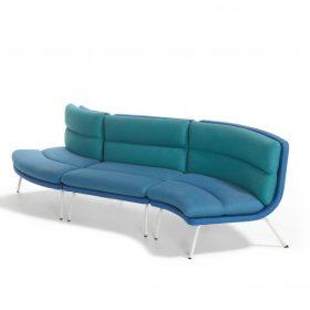 Lande Talks sofa - design Michiel van der Kley is een comfortabele koppelbare sofa met rondingen die zich als een slang door de ruimte kan slingeren. Deze kun je combineren om tot de passende sofa voor elke ruimte te komen.