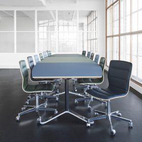 Vergaderset Butterfly Swivel Tafelblad uitgevoerd in 3 kleuren linoleum met bijpassende stoffering van de stoelen.