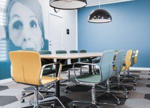 vergaderset Magnus Olesen met vergaderstoelen in verschillende kleuren. Vergaderkamer inrichten