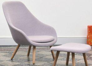 HAY AAL 92 fauteuil met voetenbank gestoffeerd met houten poten