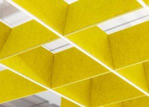 Akoestisch raster met geluidsabsorberende eigenschappen in oa vergaderruimten
