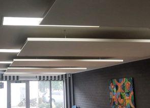 Akoestische panelen aan plafond