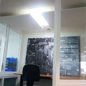 Akoestische plafondpanelen in concentratieruimte voor minder geluidsoverlast