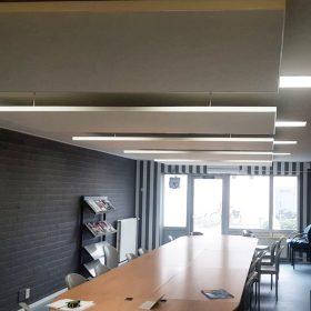 Akoestische plafondpanelen voor minder nagalm in de ruimte