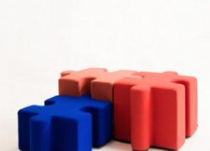 Akoestische poef in de vorm van een puzzelstuk als los zitelement in wachtruimte of entreeruimte