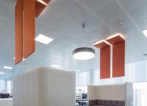 Deze akoestische plafondpanelen zijn ontworpen om een grote ruimte akoestisch en optisch te verdelen