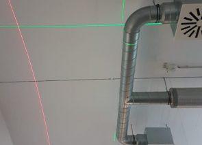 Goed inmeten is erg belangrijk bij het hangen van baffles en akoestische plafondpanelen