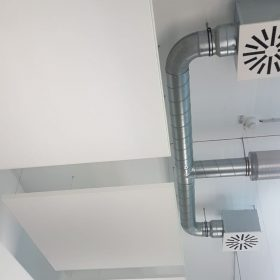 Het hangen van akoestische plafond panelen is een precies werkje