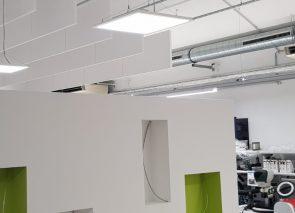 Door het plaatsen van baffles blijf je het plafond nog zien terwijk de akoestiek verbeterd wordt