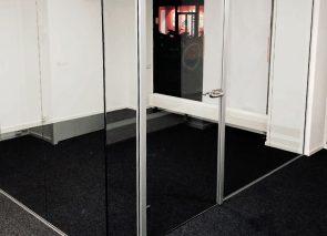 Glaswanden en tapijt geplaatst bij Kraanen Makelaardij in Geldrop