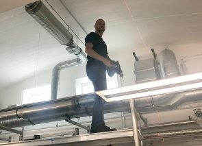 Werken op hoogte bij het hangen van plafondeilanden