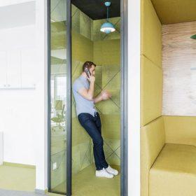 Akoestische belcel voor reduceren geluidshinder op kantoor