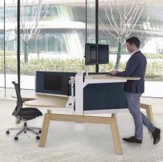 3 persoons zit sta bureau waarbij alle werplekken los van elkaar te verstellen zijn. Houten onderstel