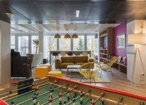 Ontspanningsruimte met voetbaltafel op kantoor