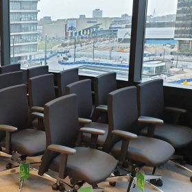 De bureaustoelen staan klaar om ingehuisd re worden